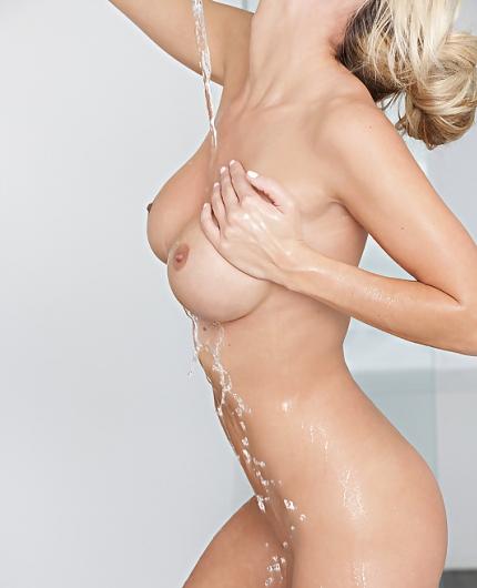 Wet playmate Jessie Ann